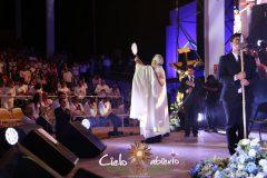 Obispo-esenario-con-Santisimo