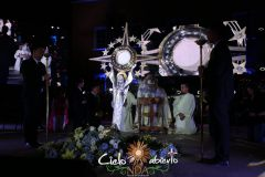 Sr-Obispo-Insensando-Custodia-Monumental